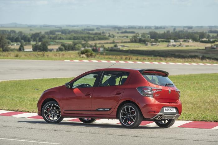 La versión más picante del Renault Sandero se pone al día con el estilo de la nueva presentada hace pocos meses.